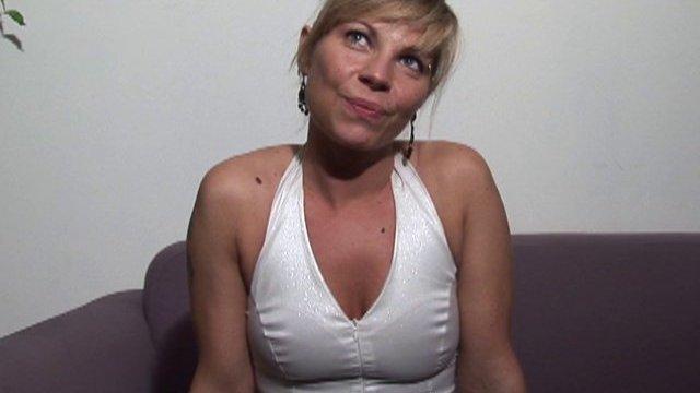 Une jolie blonde timide mais terriblement excitante!