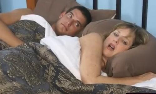 Se folla a su madre en la habitacin de un hotel  Porno