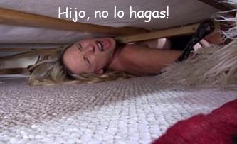 Su hijo la viola mientras esta atascada debajo de la cama