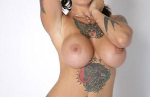fotos Madura tatuada muestra sus grandes tetas