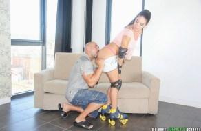 fotos Carolina Abril anda en rollers y es sometida a la fuerza