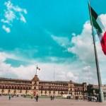 Zócalo de ciudad de México con una bandera mexicana.