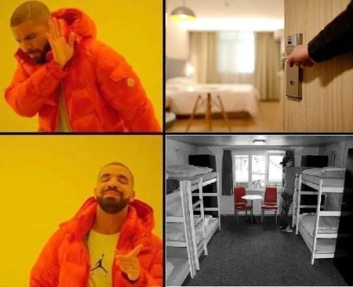 Meme hombre vestido de naranjo diciendo hotel no, hostel si.