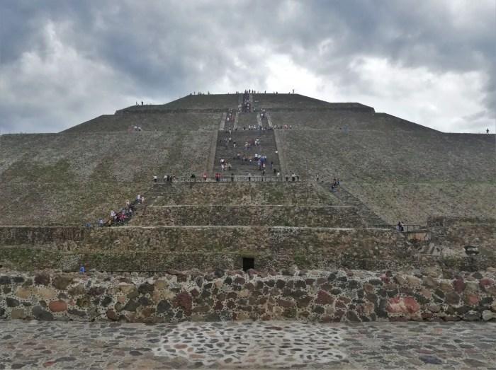 Fotografía de la Pirámide del Sol en Teotihuacán.