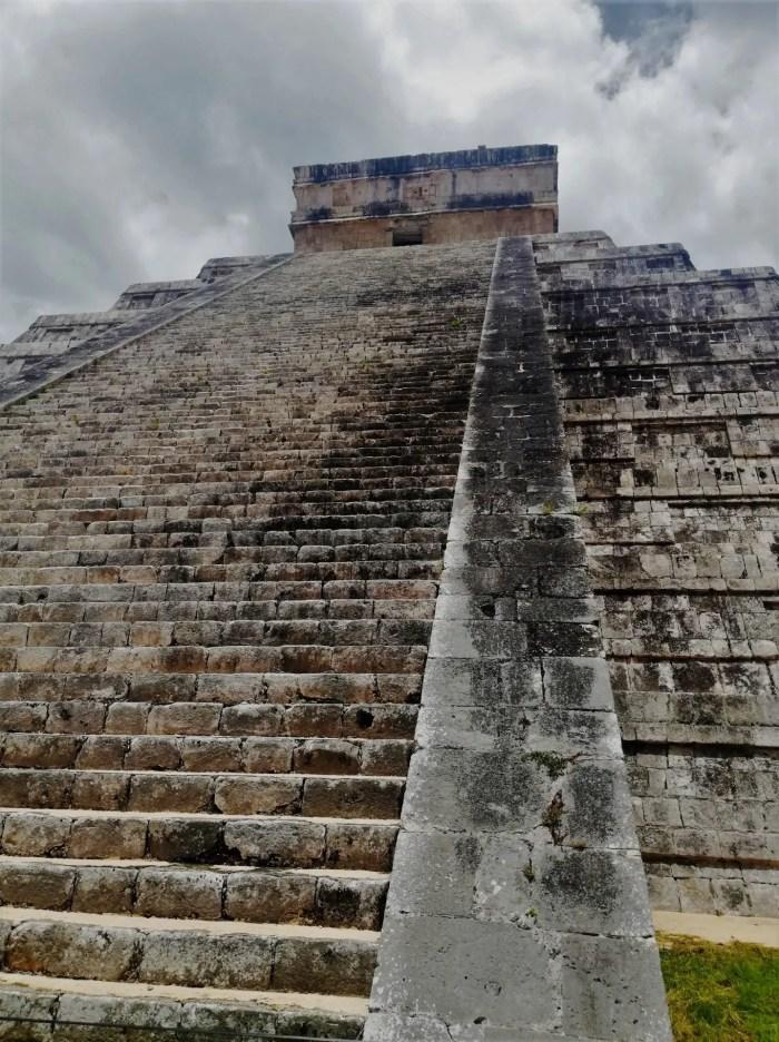 Pirámide de Chichén Itzá fotografiada desde abajo.