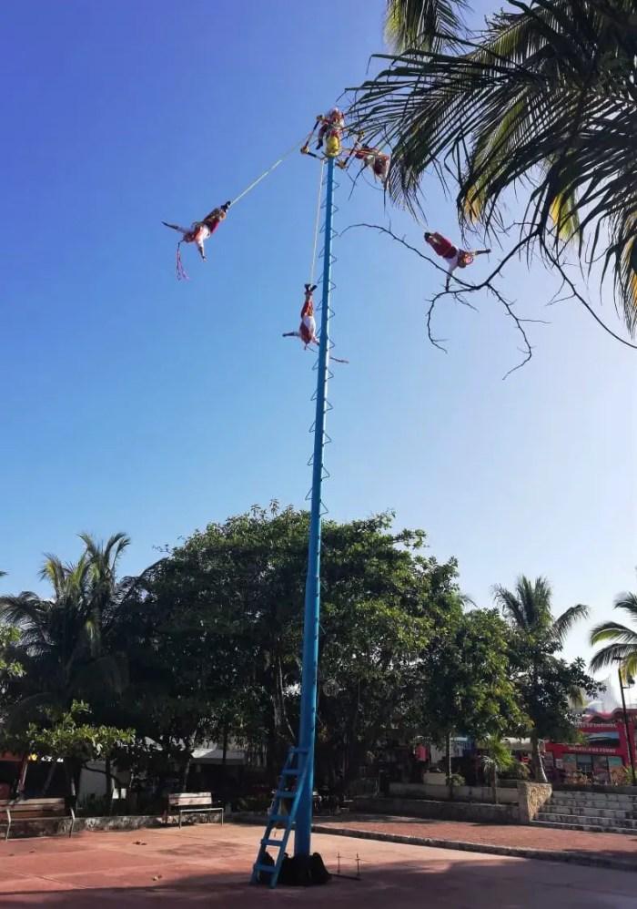 Voladores de Papantla en Playa del Carmen.