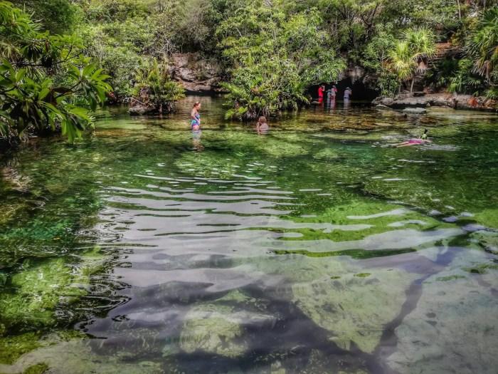 Familia en Cenote Azul.