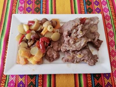 Lomo de llama con papas andinas.