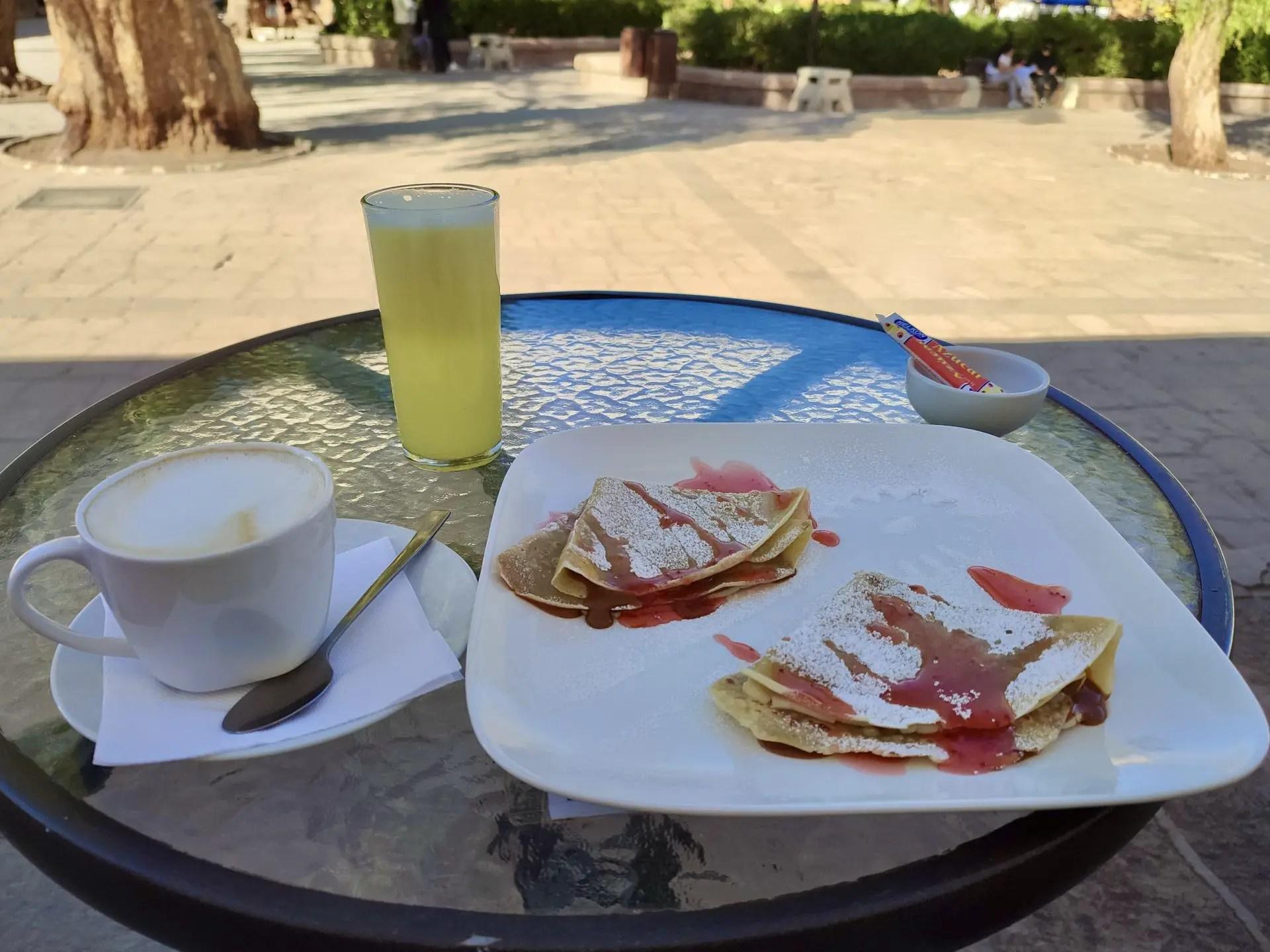 Desayuno frente a la plaza de San Pedro de Atacama.