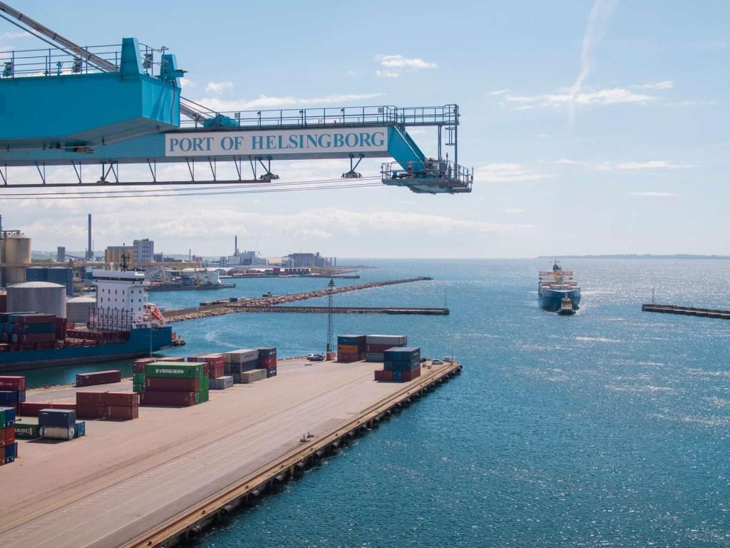 Fartyg på väg in i Västhamnen