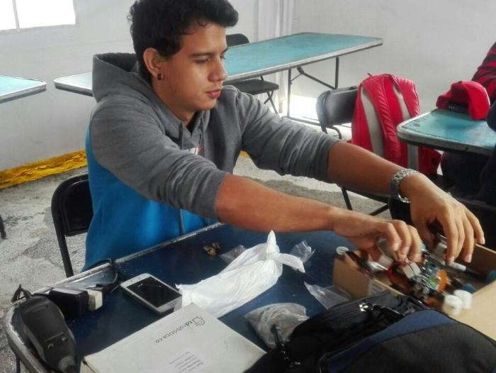 Estudiante colombiano gana torneo de robotica