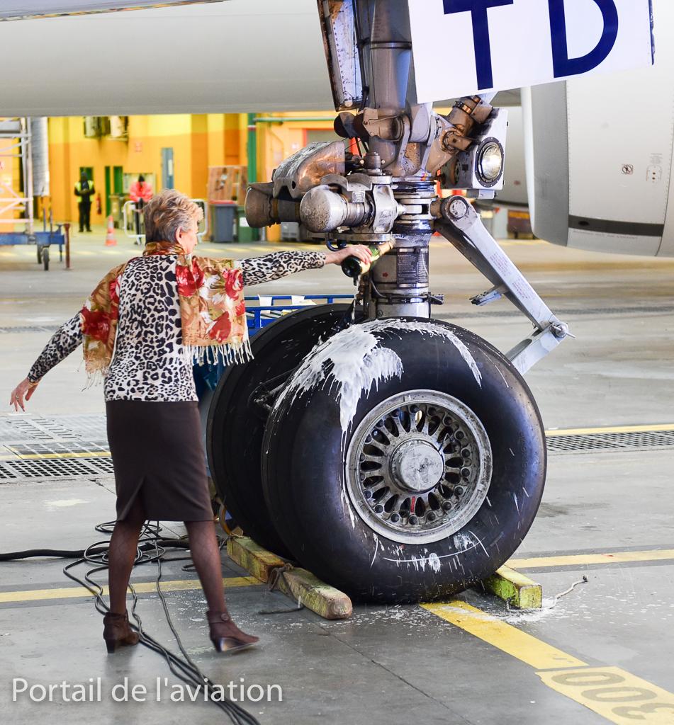 Pour lui dire un dernier adieu, Jacqueline Pagot, la 1ère hotesse 747, qui avait baptisé ce dernier à Seatlle arrose l'avion de champagne