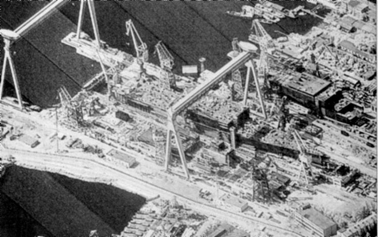La construction en 1984 d'un porte-aéronefs de classe Kiev, vue par le satellite espion américain KH-11 (domaine optique). Crédit photo Jane's