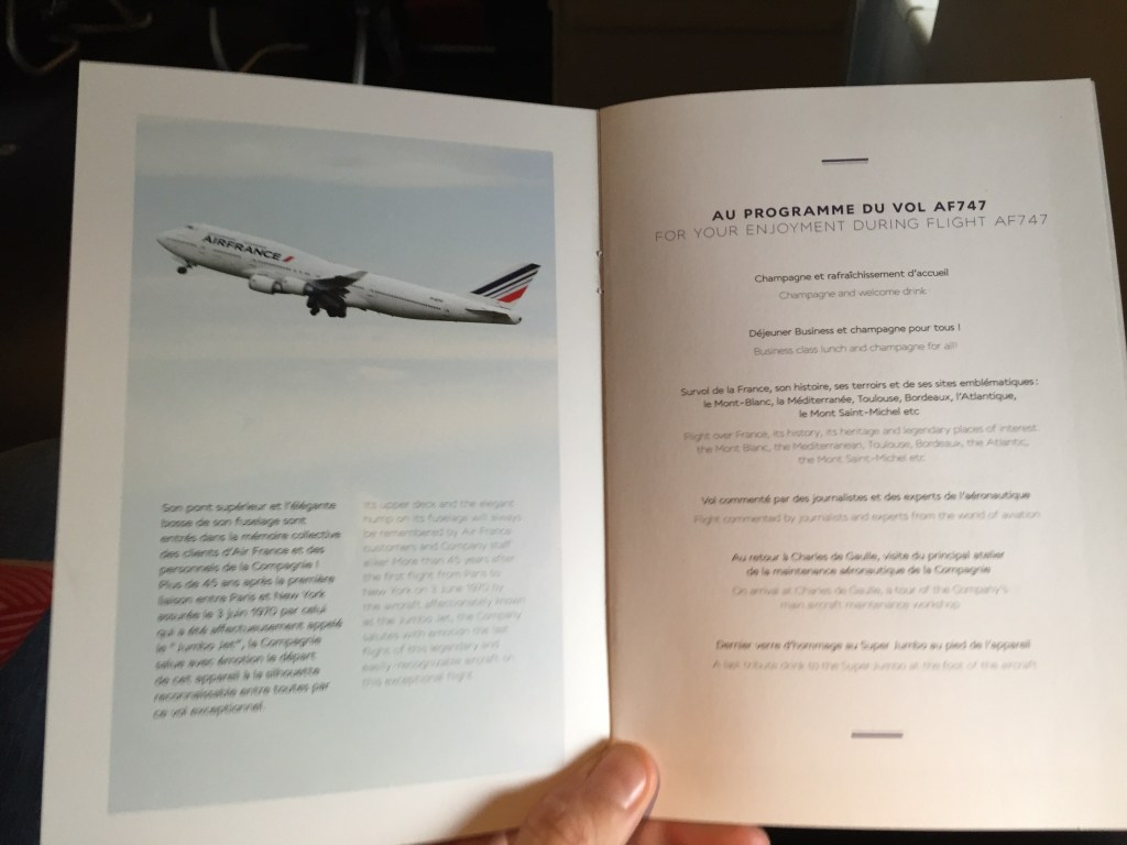 Le programme de ce vol spécial est distribué à tous les passagers