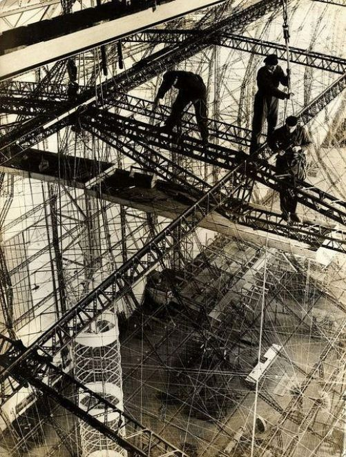 Le Hindenburg en cours de construction en 1935