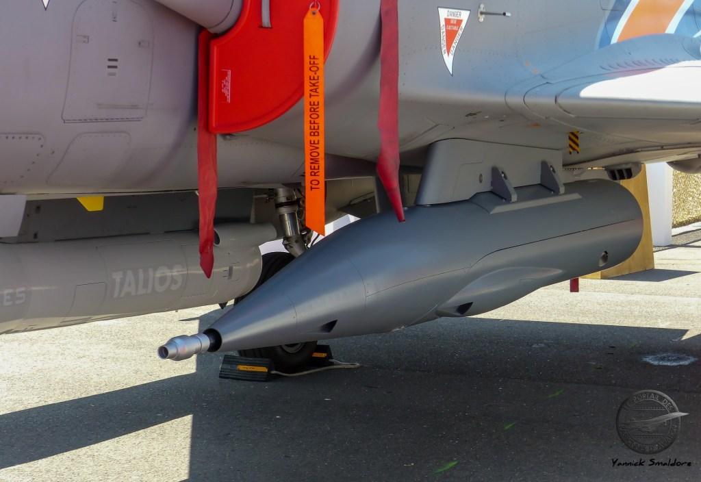 Canon monotube de 30mm présenté sur le Mirage 2000D de la DGA. Suite à leur rénovation, les Mirage 2000D seront aptes à emporter un pod de désignation laser et un pod canon sur les points latéraux avant, et une paire de GBU-12 ou un emport multiple de BAT-120LG soue le point ventral de fuselage, en plus des réservoirs supplémentaires et des missiles MICA-IR d'autoprotection sous la voilure.