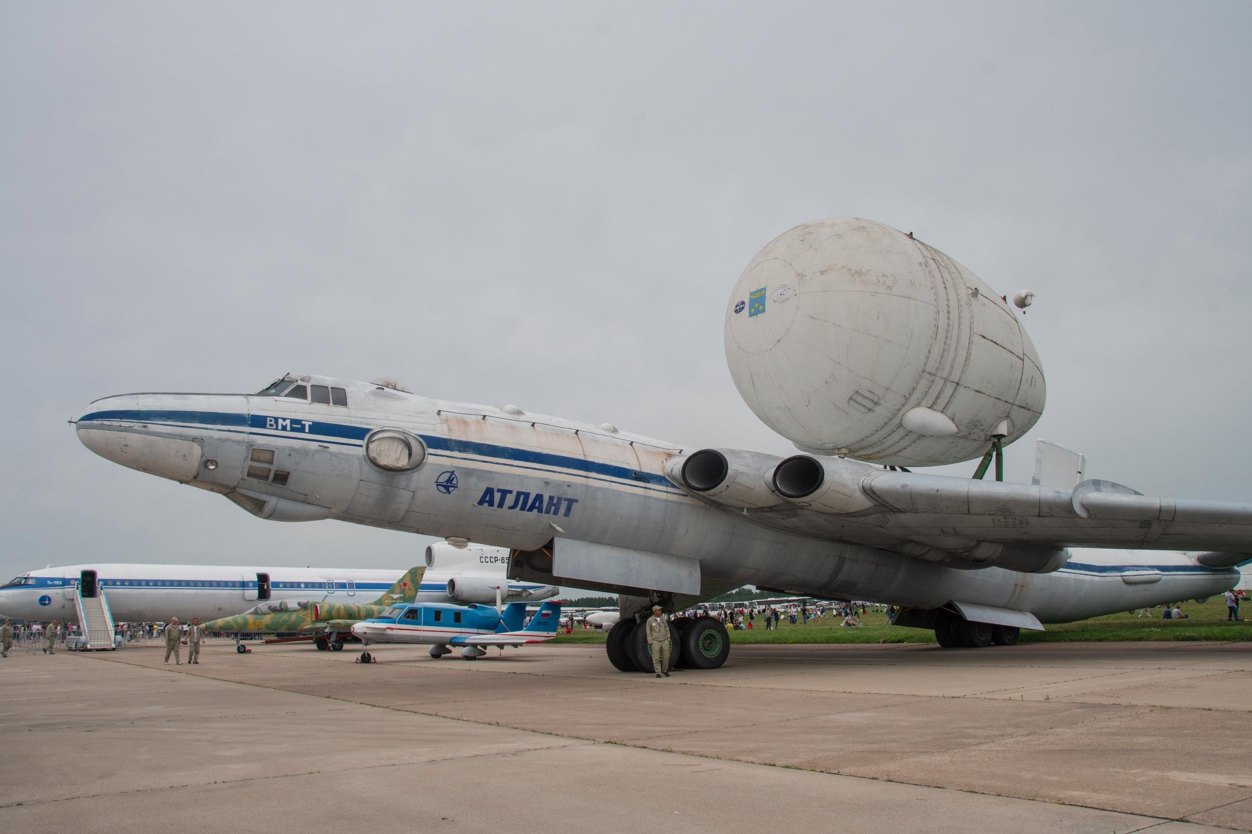 Myasishchev  VM-T Atlante avec le réservoir d'oxygène d'Energia sur son dos.