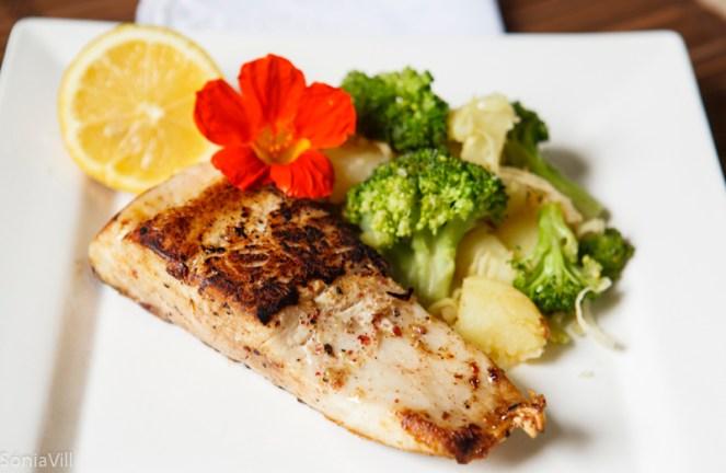 Almoço: Vegetais crus e cozidos à vontade, 1 opção de carboidrato (160 gr de batata doce/ 4 colheres de sopa de arroz integral/ 3 colheres de sopa de lentilha ou grão). 1 opção de proteína (1 omelete com 4 claras e 2 gemas/ 1 filé de frango grelhado/ 1 filé de carne vermelha magra grelhado/ 1 filé grande de peixe assado).