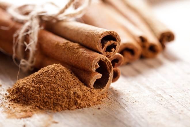 Procure conhecer as várias formas de consumir o pozinho milagrosamente ancestral que é a canela. Na Idade Média, era dos produtos mais caros vendidos na Europa. É um excelente acelerador do organismo e pode ser polvilhado no cafezinho, no chá, e até num shake ou vitamina.