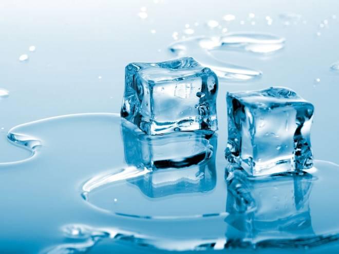 A água geladinha é um dos mais eficientes exterminadores de gorduras da barriga. Além de hidratar e desinchar, a água é um termogênico natural. Pouca gente sabe, mas o segredo é a temperatura da água. Quando ela entra gelada no organismo, ele acelera seus trabalhos para aquecer o corpo, o que faz queimar mais calorias.