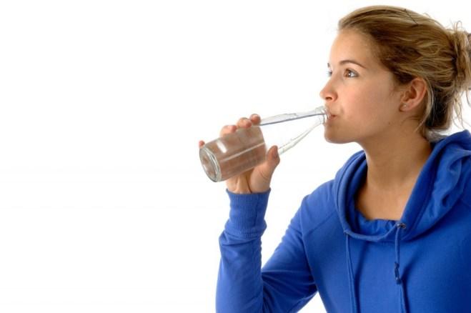 Tome oito copos de água por dia, como recomendam os profissionais, e inclua frutas e saladas nas refeições diárias. Não se esqueça dos alimentos diuréticos, frutas vermelhas e hortaliças.
