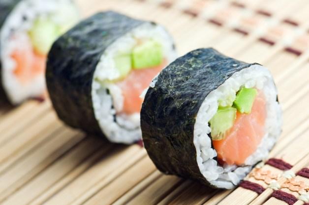 Sushi é o alimento preferido de quem gosta de comida japonesa. No entanto, apesar de ser feito de alga, vegetais e frutos do mar, muitas vezes tem cream cheese. O maior problema é que come-se muitos de uma vez só. Nas suas refeições, mantenha o limite de quatro.