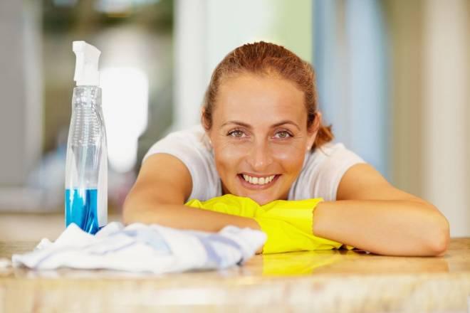 """Essa pode parecer uma """"machistada"""", sem tamanho. Mas toda dona-de-casa tradicional sabe que limpar a habitação não é moleza, não. Varrer, limpar janelas e tapete, subir em descer em banquinhos para limpar móveis são excelentes movimentos para gastar calorias."""