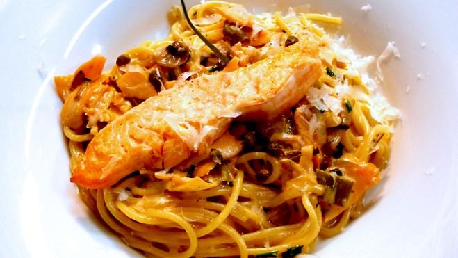 A ingestão diária recomendada a um adulto é de 150 gramas de carboidrato, o que equivale a dois pegadores de espaguete. Pra deixar essa macarronada nutritiva, é preciso incluir proteína, como o salmão, por exemplo