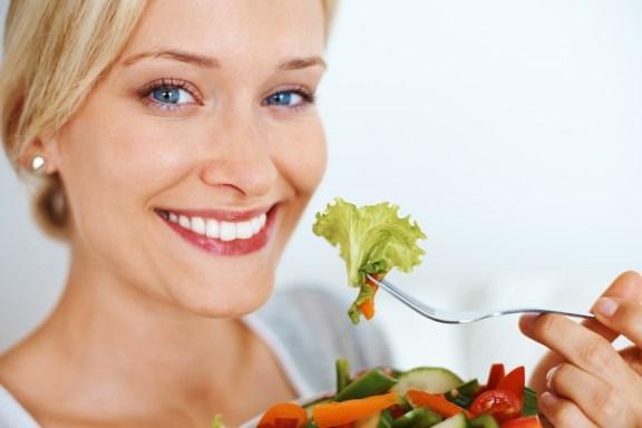 O que acontece quando você come muito rápido é que os alimentos não focam bem mastigados, o que atrapalha a digestão. O bolo fecal chega ao intestino não totalmente digerido, o que provoca o inchaço.