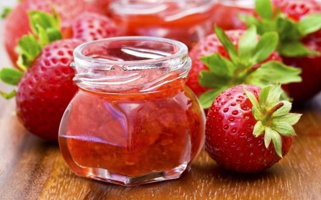 100 gramas de morango possuem 64 mg de vitamina C. A ingestão diária recomendada da vitamina é de 75 a 90 mg. Se você cumprir essa meta, sua pele ficará mais bonita e reforçará seu sistema imunológico.