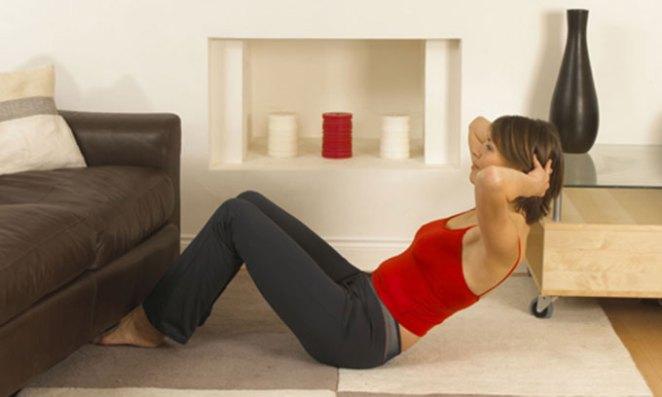Atenção: abdominal não emagrece mas é um aliado importante para fortalecer os músculos dessa região. Se você tem as gordurinhas malditas na barriga, comece primeiro controlando a alimentação e invista em exercícios aeróbicos (corrida, natação, etc). E só depois para para os abdominais. Faça o movimento da foto lembrando que a força para o movimento não está na cabeça e, sim, no abdome. Força!