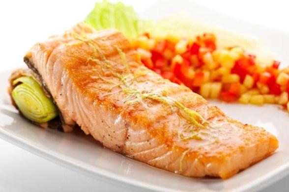 A aprovação do salmão GM pela FDA precisa agora ser aprovada pelo público e outros organismos americanos. Os especialistas afirmam que não há perigos para a saúde humana e que o seu maior impacto pode ser ambiental, pois suas população poderia aumentar rapidamente e eliminar outros peixes.