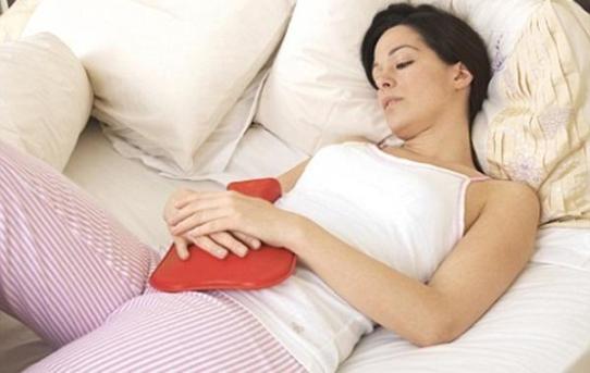 A linhaça tem um papel importante no equilíbrio hormonal por causa da alta concentração das chamadas lignanas, que imitam a ação do hormônio feminino, o estrógeno. Quando as mulheres estão em baixa de estrógeno, como na menstruação ou na menopausa, a linhaça faz uma reposição desse hormônio, prevenindo ondas de calor e fraqueza emocional.