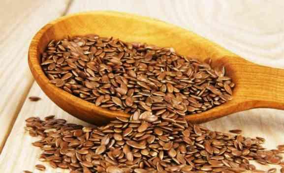 Além de rica em fibras, a linhaça também é rica em ômega-3. A chia e a linhaça são oleaginosas com gordura vegetal importante para a saúde cardiovascular e do cérebro. Alguns especialistas afirmam que ela é rica em lignana, nutriente que ajuda na prevenção do câncer e da próstata, além de proteínas, vitaminas e cereais. Triture a semente para absorver melhor seus nutrientes.