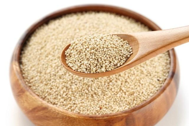 Assim como o amaranto, é também considerado um pseudo-cereal. Porem, como é rica em proteínas, fornece mais energia. Também é rica em minerais, vitaminas e ácidos graxos ômega 3 e 6, prevenindo câncer e doenças cardiovasculares. Apesar de ter menos fibras que todos os elementos da lista, é uma opção das mais ricas em nutrientes. Misture com outros cerais e tenha um café-da-manhã nutritivo.