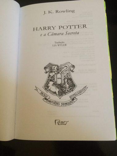 . Harry inicia o segundo ano de estudos em Hogwarts, mas um perigo está rondando o castelo