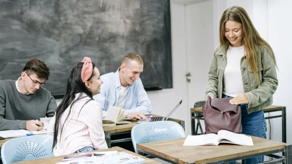 primeiro dia quatro jovens se encontram na sala de aula .