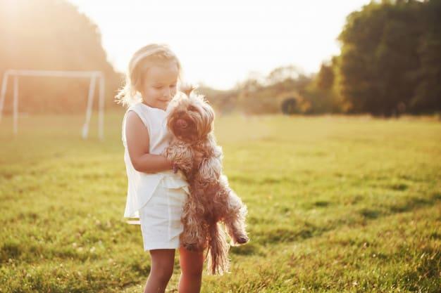 menina com seu dog