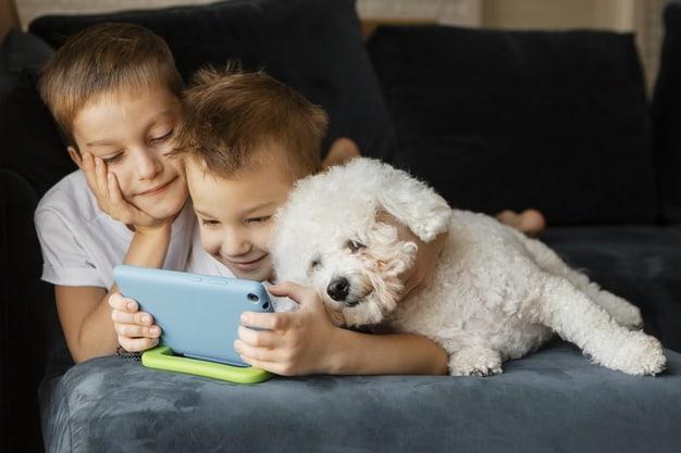 criança com cachorro