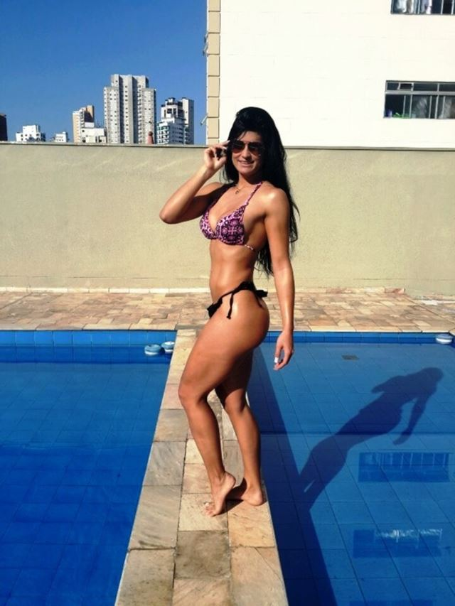 Miss Bumbum Bronze posa de fiodental na beira da piscina  Famosos  TV  Portal do Holanda