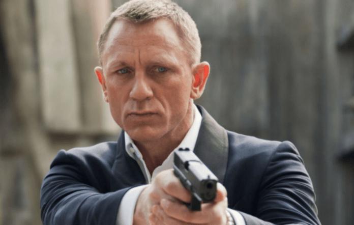 '007 segurando uma arma'