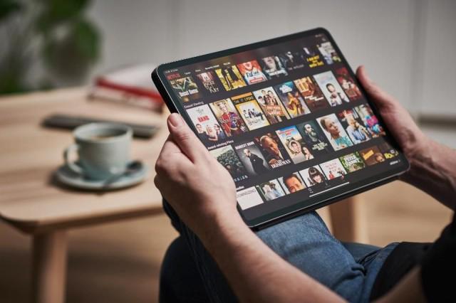 Uma boa notícia para os maratonistas. O Google ajuda usuários a encontrar filmes e séries online através de novo recurso direto no buscador.