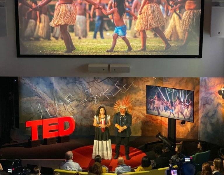 Líder indígena acreano faz apresentação no TED Talk e apresenta fotografias de Sérgio Vale nos Estados Unidos