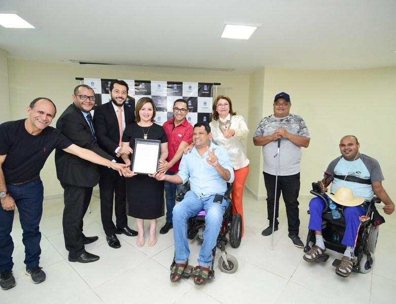 Socorro Neri sanciona Lei que beneficia pessoas com deficiência visual