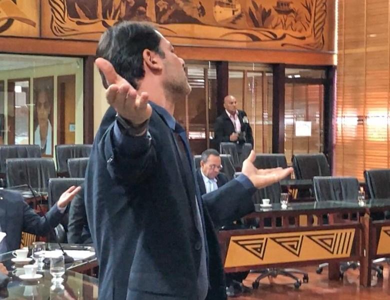 Líder do governo demonstra estilo antidemocrático ao pedir retirada de deputado do plenário