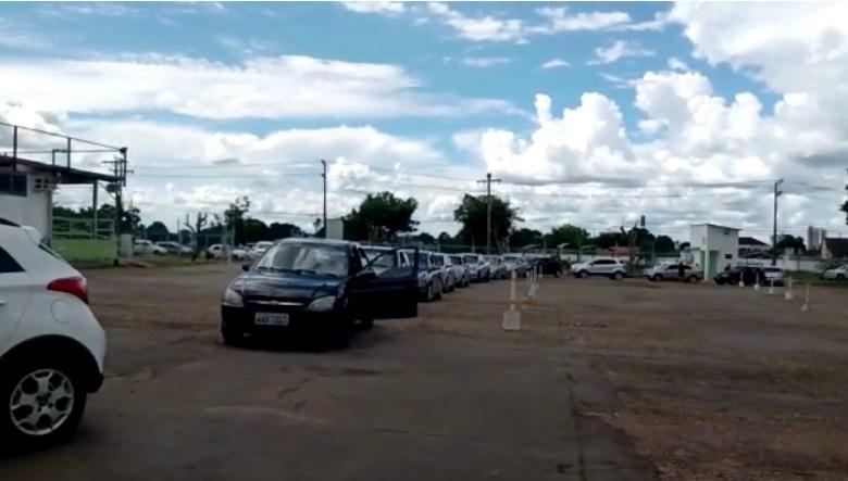 Prefeitura deixa idosos em fila sem ninguém para vacinar no drive thru