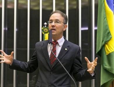 Leo de Brito questiona política ambiental de Bolsonaro em dia de discurso do presidente na cúpula de líderes sobre o clima