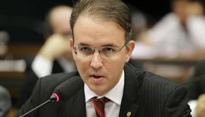 Leo de Brito quer proibir aumento salarial de Bolsonaro e ministros