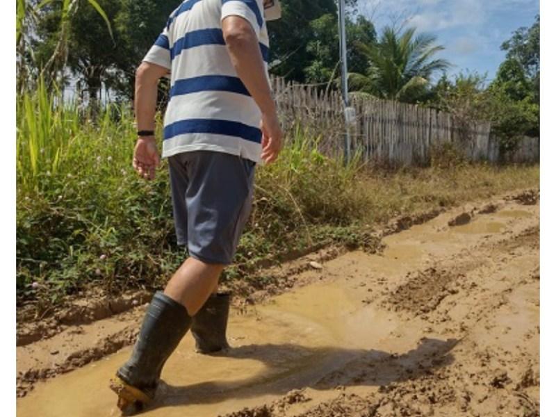 Atolados na lama: moradores do Ramal da Uga, abandonados pela prefeitura, clamam por melhorias