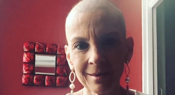 Ludmila Ferber exibe cabeça raspada em tratamento contra o câncer.